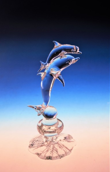 2 Delphine auf Sockel