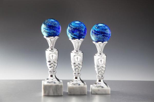 blaue Kristallkugel auf Marmorsockel