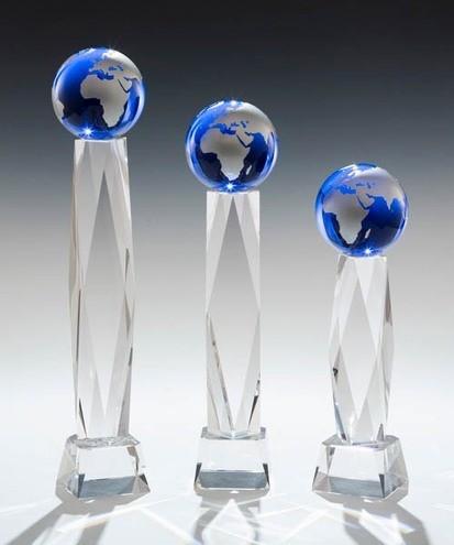 Kristalltower mit blauer Weltkugel